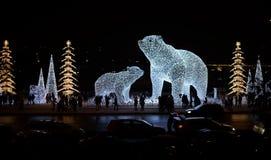 Ljus av gator som dekoreras för jul i stad royaltyfri bild