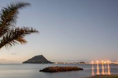 Ljus av monteringen Maunganui över den Tauranga hamnen Royaltyfria Bilder