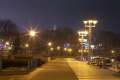 ljus av nattstaden Cityscape av natten Minsk, Vitryssland Invallning i Minsk Stadslandskap i afton royaltyfria bilder