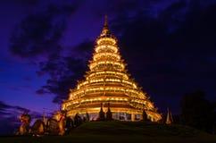 Ljus av pagoden med himlen Royaltyfri Fotografi