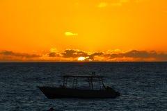 Ljus av solnedgången med ett fartyg, Fiji royaltyfria foton