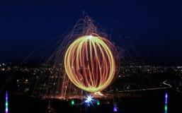 Ljus av staden, den långa exponeringen och de idérika ljusen royaltyfria foton
