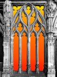 Ljus bak ett gotiskt fönster royaltyfria bilder