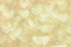 Ljus bakgrund för Defocused abstrakta guld- hjärtor Royaltyfria Bilder