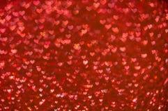 Ljus bakgrund för Defocused abstrakta röda hjärtor Arkivbilder