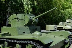 Ljus behållare T-26 med ett cylindriskt torn i museet av militär utrustning på den Poklonnaya kullen i Moskva arkivfoto