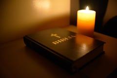 Ljus bibel för stearinljus arkivfoto