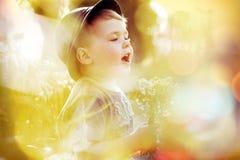Ljus bild av den lilla gulliga ungen Arkivbild