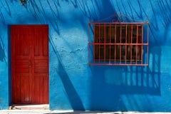 Ljus blå byggnadsyttersida Arkivbild