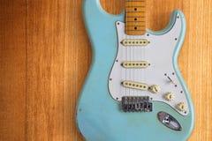 Ljus - blå elektrisk gitarr en Fotografering för Bildbyråer