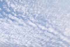 Ljus blå himmel för Cirrocumulusmoln utom fara i eftermiddagen arkivfoton