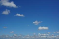 Ljus blå himmel med det fluffiga vita molnet Royaltyfria Bilder