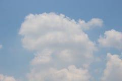 Ljus - blå himmel med moln, kan användas som bakgrund royaltyfria bilder