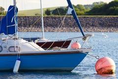 Ljus blå segelbåt på en förtöja boll Arkivbilder