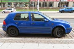 Ljus - blå Volkswagen Golf bil Arkivfoto