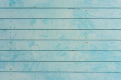 Ljus - blå wood brädetextur med grungeyttersida royaltyfria foton