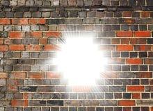 Ljus bristning till och med en tegelstenvägg Arkivbild