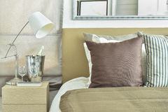 Ljus - brun sängkläder för färgintrig med ljus - brun huvudgavel royaltyfria bilder