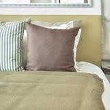 Ljus - brun sängkläder för färgintrig med ljus - brun huvudgavel royaltyfri bild
