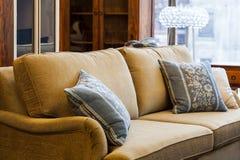 Ljus - brun soffa fotografering för bildbyråer