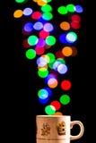 Ljus bubblar att komma ut ur en tekopp Royaltyfria Bilder