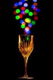 Ljus bubblar att komma ut ur ett vinexponeringsglas Arkivfoto