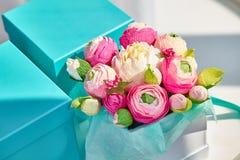 Ljus bukett av pappers- blommor i fyrkantig ask för turkos Royaltyfri Fotografi