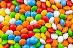 Ljus colorfullbakgrund med glasade godisar arkivbild