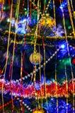 Ljus dekorerad julgran med leksaker och girlander royaltyfri fotografi