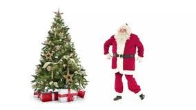 Ljus dekorerade xmas-trädet med modern dans för gåvaaskar och Santa Claus för den lyckliga gatan på vit bakgrund med text arkivfilmer