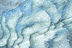 Ljus - den blåa naturliga texturskivan vaggar closeupen abstrakt bakgrund arkivbild