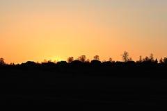 Ljus dramatisk himmel och mörkerjordning Bygdlandskap under dramatisk himmel för scenisk sommar i solnedgången Dawn Sunrise Arkivbilder