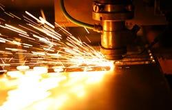 Ljus eldsvåda och mousserar medan den automatiserade laser-apparaten som klipper stål royaltyfri bild