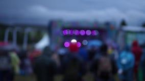 Ljus färgglad bokeh från etappljus under frilufts- sommar stock video
