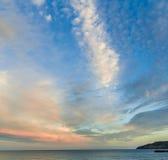 Ljus färgglad himmel över havet på skymning, i ö av wighten, UK, England Royaltyfri Foto