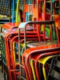 Ljus färgglad metall staplade kaféstolar arkivbilder