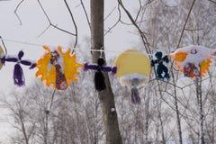 Ljus färgrik karneval- eller partiram av ballonger, banderoller och konfettier på en lantlig gul wood tabell med centralt kopieri arkivfoton