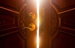 Ljus för öppen dörr arkivfoto
