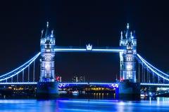 Ljus för blått för bro för nattsiktsLondon torn royaltyfri foto