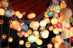 Ljus för bordtennisboll är färgrika och färgrika, som en garnering av shoppar eller ett älskvärt hus royaltyfri bild