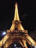 Ljus för Eiffeltornparis natt arkivbild