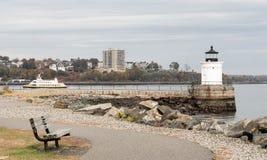 Ljus för felet för den Portland vågbrytarefyren leder sjömän in i hamnen arkivfoto