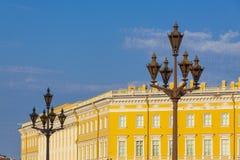 Ljus för gata för St Petersburg slottfyrkant på bakgrunden av fotografering för bildbyråer