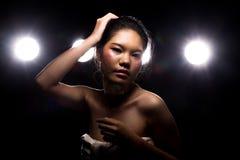 Ljus för kant för baksida för rök för asiatisk kvinna för mode mörkt royaltyfri bild