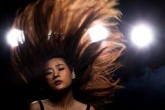 Ljus för kant för baksida för rök för asiatisk kvinna för mode mörkt arkivbild