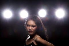 Ljus för kant för baksida för rök för asiatisk kvinna för mode mörkt royaltyfria bilder