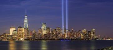 Ljus för 911 minnesmärke och New York City horisont Royaltyfria Bilder