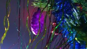 Ljus för natt för julgranleksaker härligt stock video