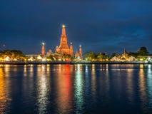 Ljus för plats för Wat Arun Reflect flodnatt Royaltyfria Foton