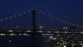 Ljus för stad för New York City trafikafton över Manhattan med den mjuka fokusen för Manhattan bro stock video